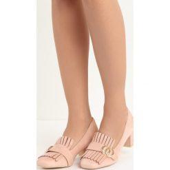 Różowe Czółenka Nigella. Czerwone buty ślubne damskie marki Born2be, z aplikacjami, ze skóry, na niskim obcasie, na słupku. Za 69,99 zł.