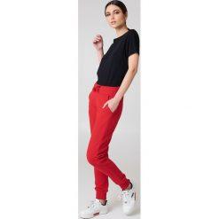 NA-KD Basic Spodnie dresowe basic - Red. Różowe spodnie z wysokim stanem marki NA-KD Basic, z bawełny. W wyprzedaży za 56,67 zł.