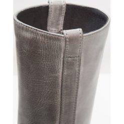 Hip Kozaki dark grey. Brązowe buty zimowe damskie marki Hip. W wyprzedaży za 230,45 zł.