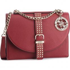 Torebka GUESS - HWVG7 169210 CRI. Czerwone torebki klasyczne damskie marki Guess, z aplikacjami, ze skóry ekologicznej. Za 629,00 zł.