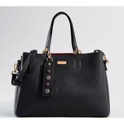 Torebka city bag z brelokiem - Czarny. Czarne torebki klasyczne damskie Mohito, z breloczkiem. Za 149,99 zł.