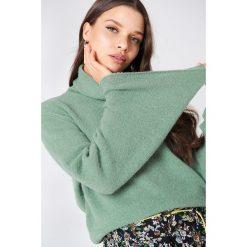 NA-KD Dzianinowy sweter z golfem i szerokim rękawem - Green. Zielone golfy damskie marki Emilie Briting x NA-KD, l. W wyprzedaży za 80,98 zł.