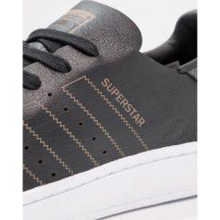 Adidas Originals SUPERSTAR DECON Tenisówki i Trampki core black/green five. Szare tenisówki damskie marki adidas Originals, z gumy. W wyprzedaży za 359,20 zł.