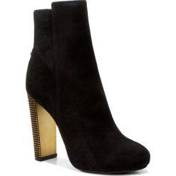 Botki GUESS - Dodie FLDOD3 SUE10 BLACK. Czarne buty zimowe damskie Guess, z materiału, na obcasie. W wyprzedaży za 489,00 zł.