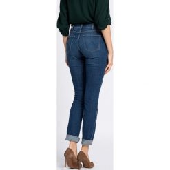 Wrangler - Jeansy. Szare jeansy damskie marki Wrangler, na co dzień, m, z nadrukiem, casualowe, z okrągłym kołnierzem, mini, proste. W wyprzedaży za 179,90 zł.