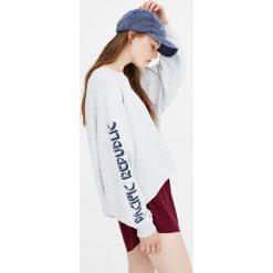 Bluzy rozpinane damskie: Krótka bluza z napisem na rękawach