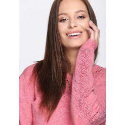 Łososiowy Sweter I'm Not Giving Up. Czerwone swetry klasyczne damskie Born2be, l, z koronki, z dekoltem w serek. Za 79,99 zł.
