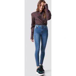 NA-KD Jeansy Skinny High Waist Raw Hem - Blue. Niebieskie spodnie z wysokim stanem NA-KD, z jeansu. Za 141,95 zł.