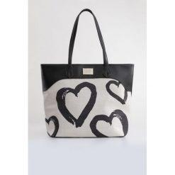 Torba z sercami. Brązowe torebki klasyczne damskie marki Monnari, w paski, z materiału, średnie. Za 91,60 zł.