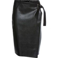 Spódnica ze sztucznej skóry z założeniem kopertowym bonprix czarny. Czarne spódniczki skórzane marki KALENJI. Za 124,99 zł.