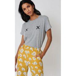 NA-KD Koszulka Double X - Grey. Szare t-shirty damskie marki NA-KD, z bawełny, z podwyższonym stanem. W wyprzedaży za 51,07 zł.