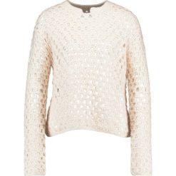 Swetry klasyczne damskie: And Less MALMFREDDY Sweter wisper white