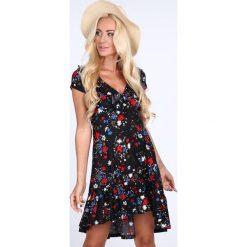 Sukienka w kwiaty z falbankami czarno-czerwony 1773. Czarne sukienki z falbanami Fasardi, l, w kwiaty, z falbankami. Za 69,00 zł.