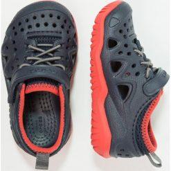 Crocs SWIFTWATER PLAY SHOE Sandały kąpielowe navy. Niebieskie sandały chłopięce marki Crocs, z gumy. Za 169,00 zł.