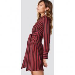 NA-KD Trend Sukienka w paski z wiązaniem - Red. Białe sukienki balowe marki NA-KD Trend, w paski, z poliesteru, z klasycznym kołnierzykiem, midi. Za 202,95 zł.