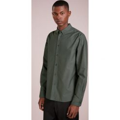 Filippa K PIERRE OXFORD Koszula stone green. Niebieskie koszule męskie marki Polo Ralph Lauren, m, z bawełny, polo. Za 439,00 zł.
