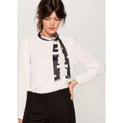 Koszula z wiązaniem na dekolcie - Kremowy. Białe koszule wiązane damskie marki Mohito. Za 99,99 zł.