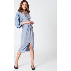 Sukienki hiszpanki: Hannalicious x NA-KD Brokatowa sukienka kimono z rozcięciem – Blue