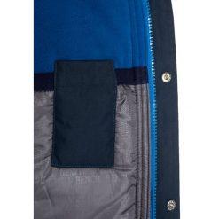 Bench Płaszcz zimowy dark navy blue. Niebieskie kurtki chłopięce zimowe marki Bench, z materiału. W wyprzedaży za 407,20 zł.