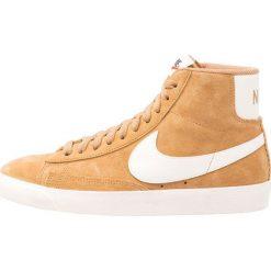 Trampki damskie slip on: Nike Sportswear BLAZER MID VNTG SUEDE Tenisówki i Trampki wysokie elemental gold/sail/black