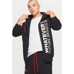Bluza z napisami z kolekcji WHATEVER - Czarny. Czarne bluzy męskie rozpinane marki Cropp, l, z napisami. Za 139,99 zł.