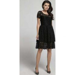 Czarna Elegancka Sukienka Koronkowa z Falbanką. Czarne sukienki balowe Molly.pl, na spotkanie biznesowe, l, w koronkowe wzory, z koronki, z falbankami, z krótkim rękawem, mini, dopasowane. Za 149,90 zł.