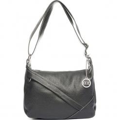 Skórzana torebka w kolorze czarnym - 29 x 24 x 10 cm. Czarne torebki klasyczne damskie Mia Tomazzi, w paski, z materiału. W wyprzedaży za 272,95 zł.