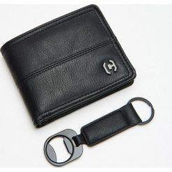 Zestaw prezentowy: portfel i otwieracz - Czarny. Czarne portfele męskie Cropp. Za 59,99 zł.