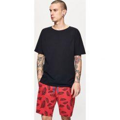 Szorty z roślinnym printem - Czerwony. Czerwone szorty męskie marki Cropp. W wyprzedaży za 39,99 zł.