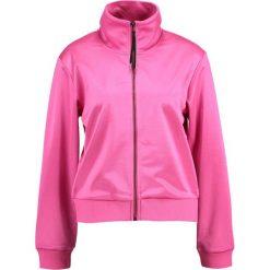 Tiger of Sweden Jeans CHIC Kurtka sportowa dark pink. Czerwone bomberki damskie Tiger of Sweden Jeans, s, z jeansu. W wyprzedaży za 440,30 zł.