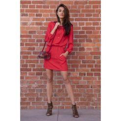 Czerwona Codzienna Komfortowa Sukienka Sznurowana przy Dekolcie. Czerwone sukienki na komunię Molly.pl, na co dzień, l, ze sznurowanym dekoltem. Za 149,90 zł.