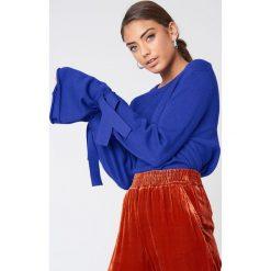 NA-KD Sweter z dzianiny z wiązanym rękawem - Blue. Niebieskie swetry klasyczne damskie NA-KD, z dzianiny. Za 161,95 zł.