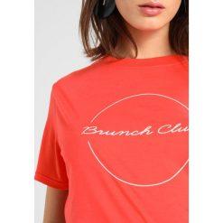 T-shirty damskie: Whistles BRUNCH CLUB LOGO Tshirt z nadrukiem red