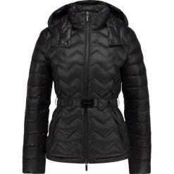 Armani Exchange Kurtka puchowa black. Czarne kurtki damskie puchowe marki Armani Exchange, l, z materiału, z kapturem. W wyprzedaży za 807,20 zł.