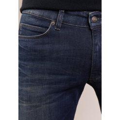 DRYKORN JAW  Jeansy Slim Fit blue. Niebieskie jeansy męskie relaxed fit marki DRYKORN, m, z dekoltem karo. W wyprzedaży za 503,20 zł.