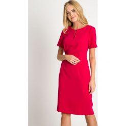 Fuksjowa sukienka z koralikami QUIOSQUE. Czerwone sukienki balowe QUIOSQUE, l, w ażurowe wzory, z kopertowym dekoltem, z długim rękawem, mini, dopasowane. W wyprzedaży za 139,99 zł.