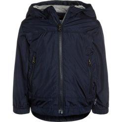 GAP TODDLER BOY Kurtka przeciwdeszczowa true indigo. Niebieskie kurtki chłopięce przeciwdeszczowe GAP, z materiału. W wyprzedaży za 125,10 zł.