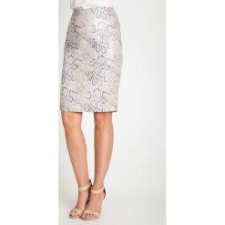 Spódnica z wężowym motywem  QUIOSQUE. Białe spódniczki ołówkowe marki QUIOSQUE, s, z nadrukiem, ze skóry. W wyprzedaży za 69,99 zł.