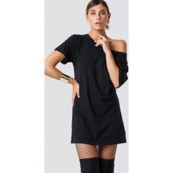 NA-KD T-shirtowa sukienka na jedno ramię - Black. Sukienki małe czarne marki NA-KD, z tkaniny, z koszulowym kołnierzykiem, koszulowe. Za 80,95 zł.