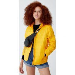 Pikowana kurtka z kapturem. Żółte kurtki damskie pikowane marki Pull&Bear, z kapturem. Za 79,90 zł.