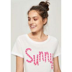 T-shirt z perłową aplikacją - Biały. Białe t-shirty damskie marki Sinsay, l, z aplikacjami. W wyprzedaży za 24,99 zł.
