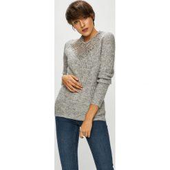Vero Moda - Sweter Merla. Szare swetry klasyczne damskie Vero Moda, l, z dzianiny, z okrągłym kołnierzem. W wyprzedaży za 139,90 zł.