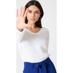 Rut&Circle Sweter z dekoltem V Mira - White. Białe swetry klasyczne damskie Rut&Circle, z dzianiny. Za 95,95 zł.