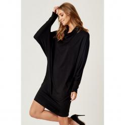 Sukienka w kolorze czarnym. Czarne sukienki marki SCUI, m, midi, proste. W wyprzedaży za 139,95 zł.