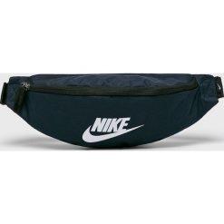 Nike Sportswear - Nerka. Czarne walizki Nike Sportswear, w paski, z materiału, małe. Za 79,90 zł.