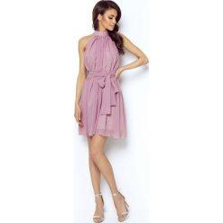 Różowa Zwiewna Koktajlowa Sukienka z Dekoltem Halter na Stójce. Różowe sukienki balowe marki numoco, l, z dekoltem w łódkę, oversize. Za 239,90 zł.