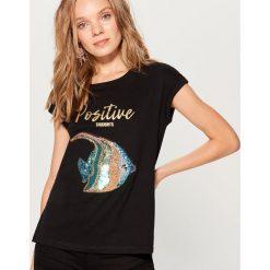 Bawełniana koszulka z aplikacją - Czarny. Czarne t-shirty damskie marki Mohito, l, z aplikacjami, z bawełny. Za 59,99 zł.
