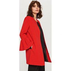 Płaszcze damskie pastelowe: Płaszcz z falbanami - Czerwony