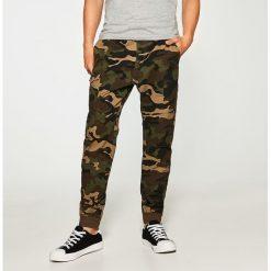 Spodnie męskie: Materiałowe joggery z kieszenią cargo – Wielobarwn
