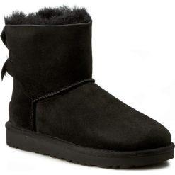 Buty UGG - W Mini Bailey Bow II 1016501 W/Blk. Czarne buty zimowe damskie Ugg, z materiału, na niskim obcasie. Za 899,00 zł.